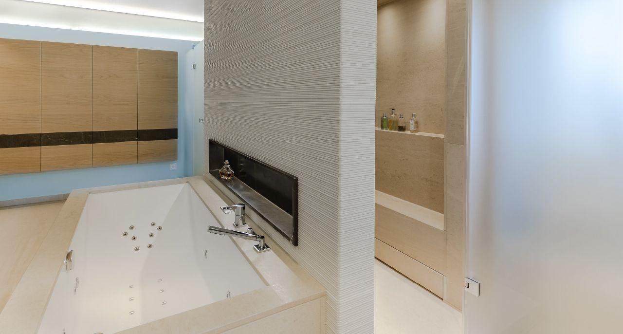 Komplett Bad mit Limoges Naturstein und Tendenza Wand