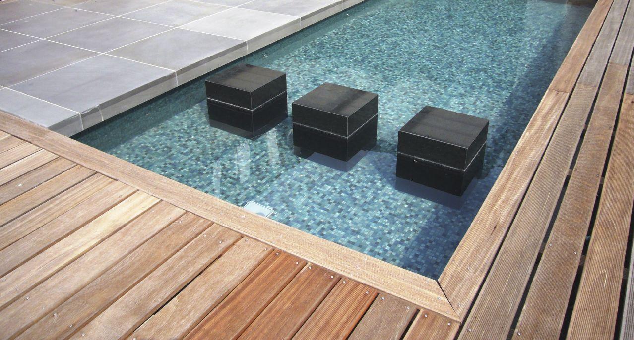 Pool aus einer Kombination mit Mosaik Naturstein und Holz